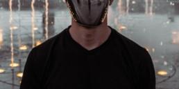 persona con maschera costituita da uno specchio